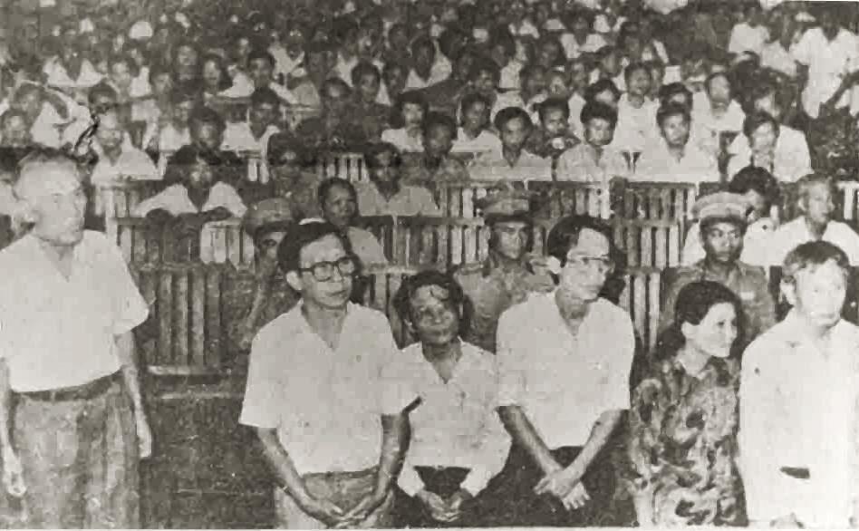 Dương Văn Ba (thứ hai từ trái), cựu dân biểu đối lập VNCH, Tổng Thư Ký Tòa Soạn báo Tin Sáng, Phó Giám Đốc Cimexcol Minh Hải, bị cáo đầu vụ trong oan án Cimexcol Minh Hải. Nguồn: OntheNet