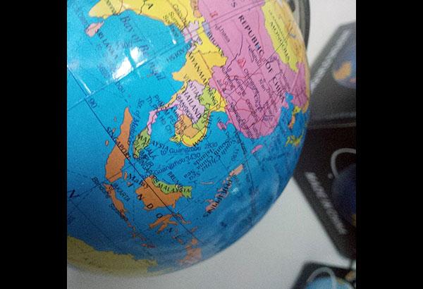 Hình một quả địa cầu làm ở TQ có đường đường chín gạch đang được bán tại Divisoria, Manila. Ảnh: The Philippine Star | Aie Balagtas See