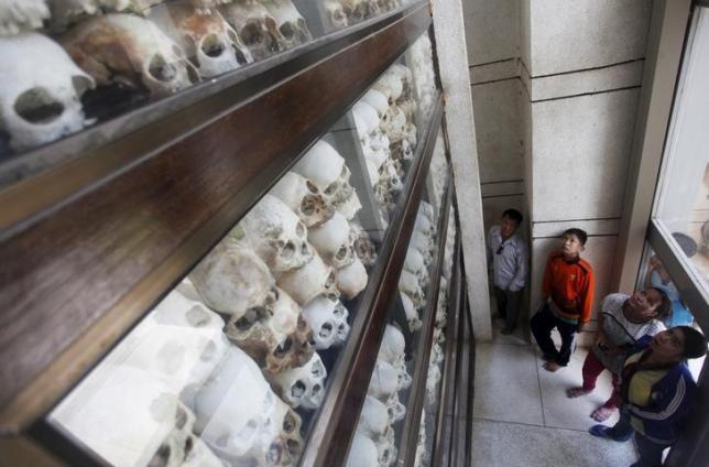 """Mọi người nhìn vào hộp sọ và xương của hơn 8.000 nạn nhân của chế độ Khmer Đỏ trong một buổi lễ Phật giáo tại Choeung Ek, một """"Killing Fields 'trang web' 'nằm ở ngoại ô Phnom Penh, 17 Tháng tư 2015. Nguồn:  REUTERS / SAMRANG Pring"""
