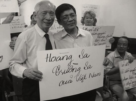 Nguyến Đình Đầu (t), Huỳnh Tấn Mẫn (p): biểu tình trong phòng (27/7/2011). Nguồn: boxitvn.net