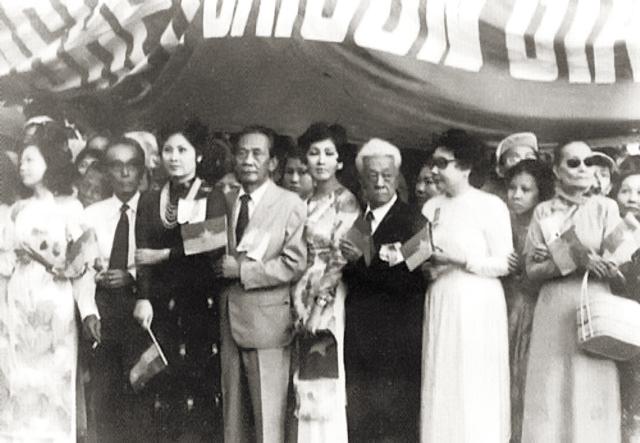 Sau tháng 4, 1975 nghệ sí Sài Gòn, Năm Châu, Phùng Há, Thẩm Thúy Hằng, v.v. - xếp hàng chào mừng quân cộng sản Bắc Việt - kẻ thắng cuộc. Nguồn: OntheNet