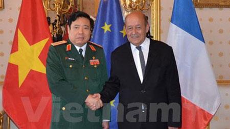 Tấm hình sau cùng của ông Phùng Quang Thanh chụp với Bộ trưởng Quóc phòng Pháo Bộ trưởng Quốc phòng Pháp Jean-Yves Le Drian hạ tuần tháng 6, 2015. Nguồn: VNA