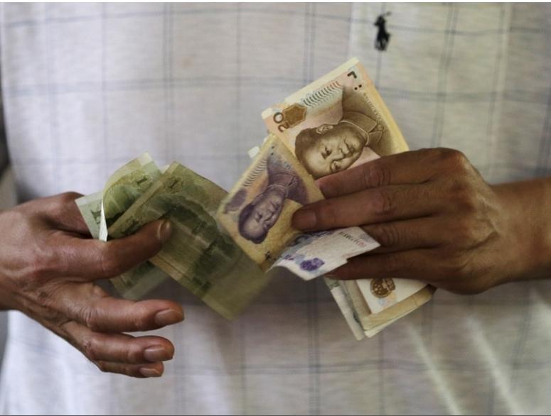 Đòng nhân dân tệ mất giá theo sức ép của thị trương. Nguồn:  Jason Lee/Reuters
