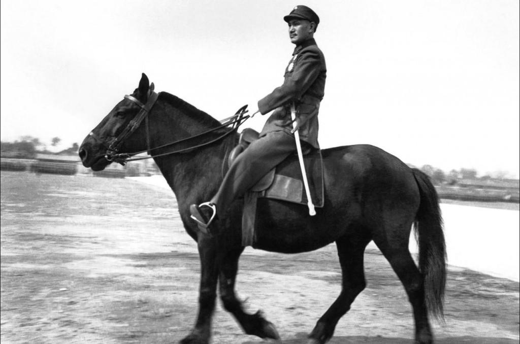 Chiang Kai-shek năm 1938 tại Trùng Khánh (Chonqing), CHND Trung Hoa. Ông đang duyệt đội binh tình nguyện trong cuộc chiến chống lại Nhật Bản. Nguồn: ASSOCIATED PRESS