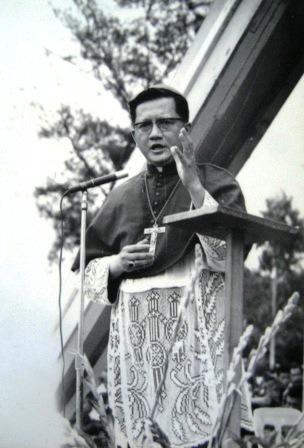 Hồng y FX Nguyễn Văn Thuận khi là Giám mục Trà Kiệu (30/5/1971). Ảnh: Lm Antôn Nguyễn Trường Thăng