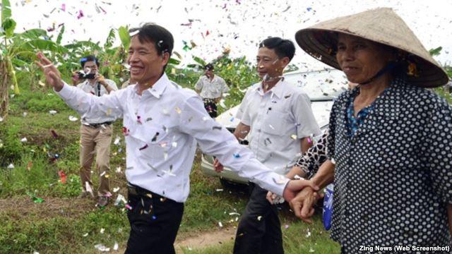 dân làng đón muwfngong Đoàn Văn Vươn. Nguoodn Zing News.