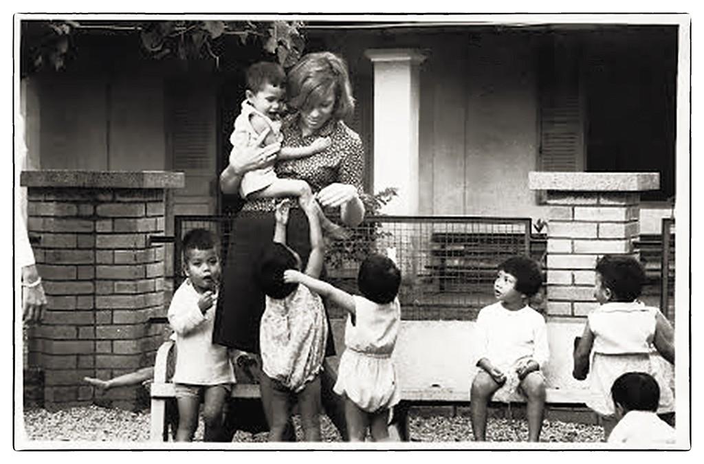 Cô Hope và trẻ mồ côi. Sài Gòn 1966-1970. Nguồn: Hope Benne.
