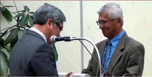 Tác giả Lâm Vĩnh Bình nhận Giải thưởng Melbourne. Nguồn: YouTube/DaoMH