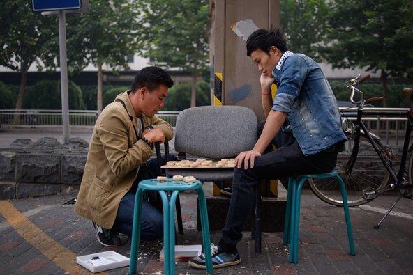 Hai người đang chơi cờ ở Bắc Kinh. Đến năm 2020, Trung Quốc sẽ có khoảng 30 triệu đàn ông đọc thân. Nguồn: Ed Jones / Agence France-Presse - Getty