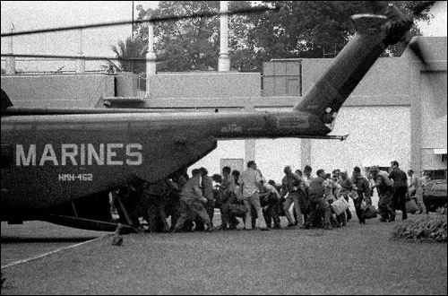 Giới chức thẩm quyền và dân thường vội vàng lên một chiếc trực thăng của Thuỷ quann lục chiến trong cuộc di tản khỏi Đại sứ quán Mỹ ở Sài Gòn, ngày 29 tháng 4, 1975. Nguồn hình: AP
