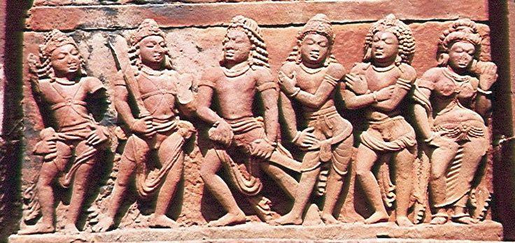 Không chỉ người ngheo mới lấy vợ chung: Năm hoàng tử Pandava - anh hùng của sử thi Mahabharata: Nhân vật trung tâm trong Yudhisthira, hai bên trái của ông là Bhima và Arjuna Nakula và Sahadeva, cặp song sinh, là sang phải vợ của họ của mình, ở bên phải, là Draupadi ... Deogarh, Đền Dashavatara.