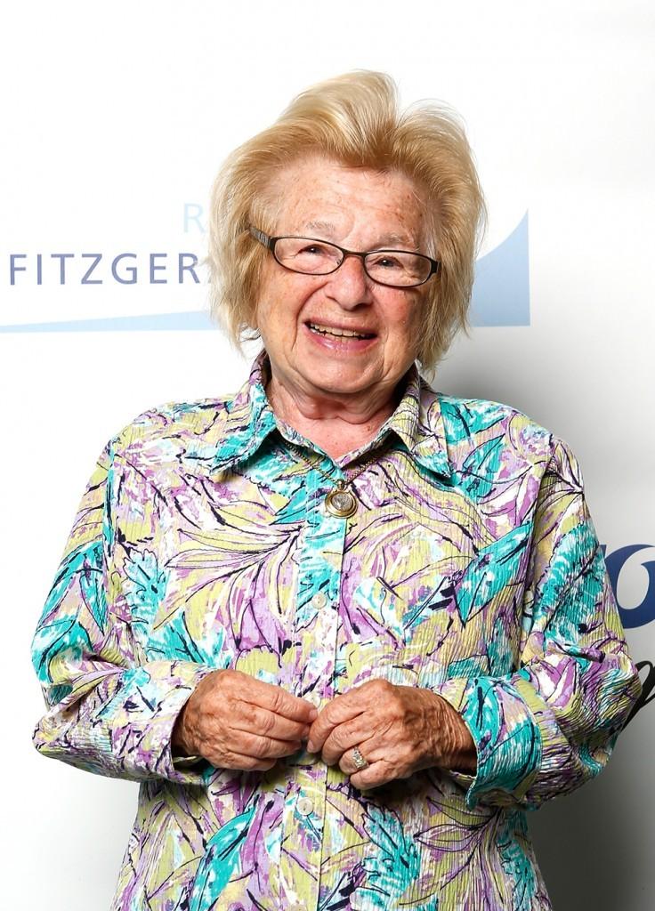 """Hỏi, """"Đến tuổi nào thì người ta thôi quan hệ tình dục?""""  Ts Giáo dục Ruth trả lời, """"Không bao giờ!"""" (trong cuộc viếng thăm ĐH SFSU tháng 11, năm 2008). Nguồn: washingtonpost.com"""