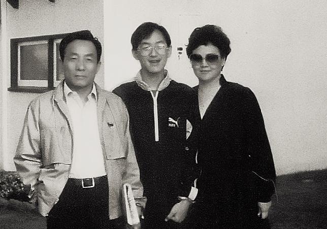Gia đình ký giả Giang Nam trước sân nhà ở Daly, California, 1984. Nguồn: http://liuyiliang.blogspot.ca/
