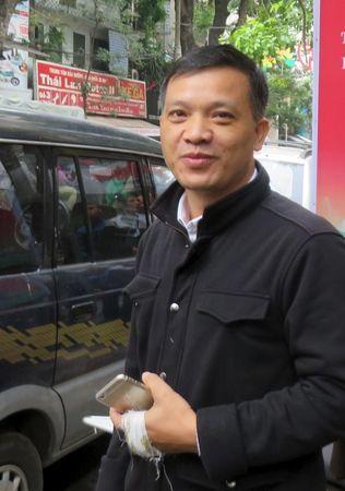 Nguyễn Văn Đài trước toà Hoan Kiem ở Hà Nội,  December 14, 2015. Nguồn: REUTERS/Stringer