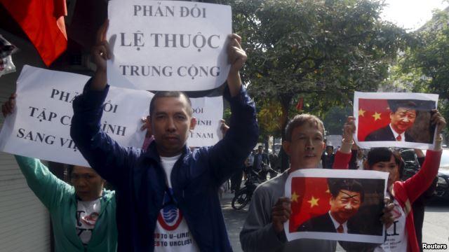 Những người biểu tình trên đường phố ở Hà Nội, ngày 03 tháng mười một 2015.chống Chủ tịch Trung Quốc Tập Cận Bình và chống Trung Quốc trong một cuộc biểu tình trước chuyến thăm Việt Nam vừa qua của ông Tập. Nguofn: VOA News