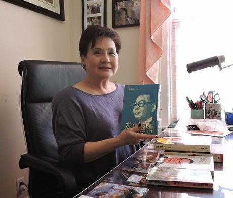 Bà Helen Lưu và cuốn Tưởng Kinh Quốc Truyện của Giang Nam nhân ngày kỷ niêm 30 năm Giang Nam Mệnh Án. Nguồn:  Ảnh CK