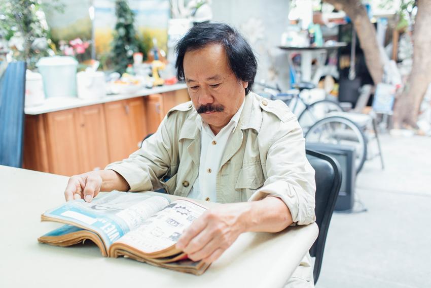 Nguyễn Tú A  đọc báo cũ bên goài nhà của ông ở Westminster California October 27, 2015. Nguồn:  Kendrick Brinson