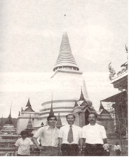 Ba sáng lập viên MTQGTNGPVN. Trái qua phải: Đỗ Thông Minh, Trần Văn Sơn, Hoàng Cơ Minh ở Bangkok, Thái Lan (15-21/6/1981). Ảnh nguồn: Hồi Ký Kháng Chiến Hành Trình Người Đi Cứu Nước của Phạm Hoàng Tùng.