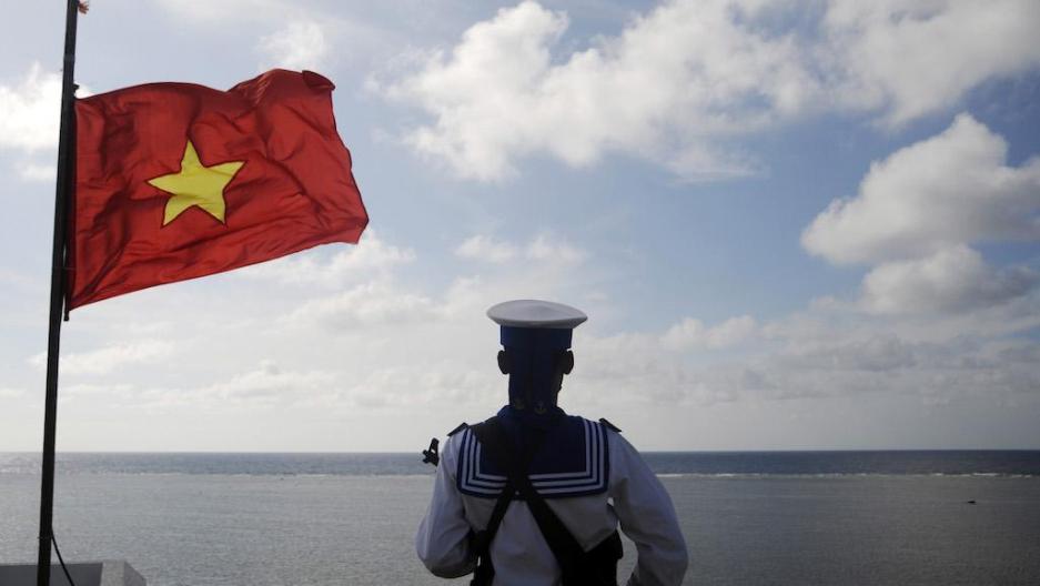 Một người lính hải quân Việt đứng canh gác tại đảo Thuyền Chài thuộc quần đảo Trường Sa, ngày 17 tháng 1 năm 2013. Nguồn: Quang Lê / Reuters.
