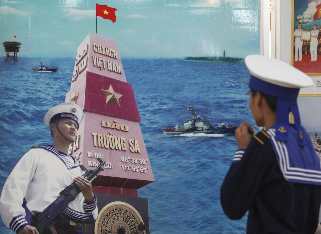 Một thủy thủ nhìn vào tuyên truyền trong thành phố cảng phía Bắc của Việt Nam, Hải Phòng, ngày 21 tháng mười năm 2011.