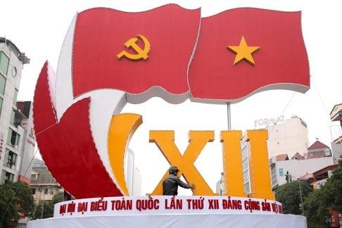Một công nhân đang chuẩn bị quảng cáo cho Đại hội lần thứ 12 của Đảng Cộng sản Việt Nam (VCP) tại Hà Nội, Việt Nam. Nguồn: EPA.