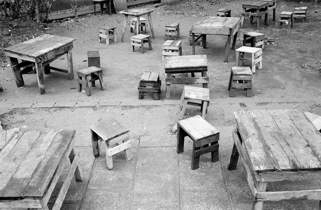 Quan bÊn đường. Hà Nội, 1990. Nguồn: Saigoneer.