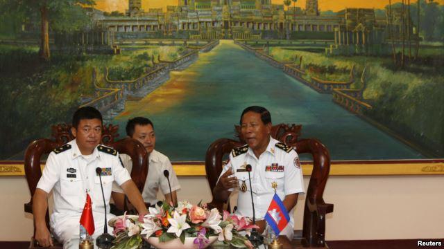 Tư lện Hải quan Campuchia (P) Tea Vinh gặp Tham mưu phó Hạm đội Nam Hải của TQ tại Nam Vang  (24/2/2016). Nguồn:  Reuters