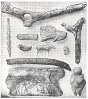 Minh họa đồ chạm khắc Thời kỳ đồ đá muộn. Hai đồ vật trên cùng và góc trên bên phải là đồ ném lao. Góc dưới bên phải là tượng thần Venus nổi tiếng của Willendorf.. Nguồn:  http://www.bachkhoatrithuc.vn/
