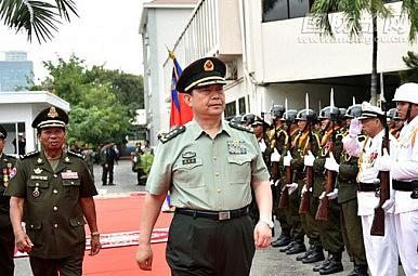 Phó Thủ tướng, Bộ trưởng Quốc phòng Tea Banh (T) tổ chức một buổi lễ chào mừng cho quý khách là Trung Quốc Ủy viên Quốc vụ kiêm Bộ trưởng Quốc phòng Thường Vạn Toàn trước cuộc đàm phán của họ ở Phnom Penh vào sáng ngày 6 tháng 11 năm 2015. Nguồn: Bộ Quốc phòng Trung Quốc