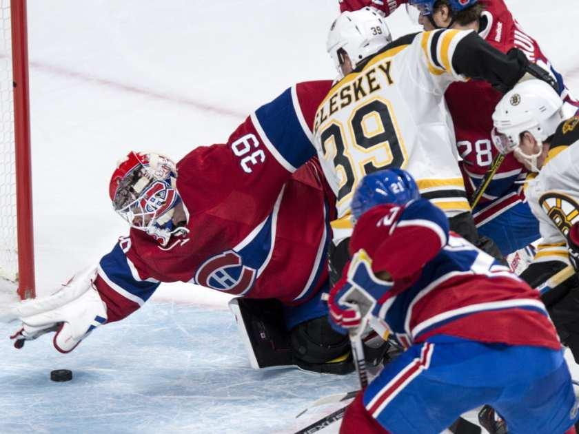 thủ môn Montreal Canadiens 'Mike Condon (39) snags một puck lỏng chỉ trong thời gian như Canadiens đối mặt với Boston Bruins trong thời gian NHL hành động khúc côn cầu thứ hai, ở Montreal, vào thứ bảy tháng mười một 7, 2015. PAUL Chiasson / BÁO CHÍ CANADA