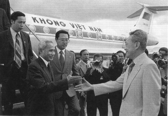 Phạm Văn Đồng đến Singapore gặp Lý Quang Diệu. Nguồn: kinhnghiemsingapore.wordpress.com