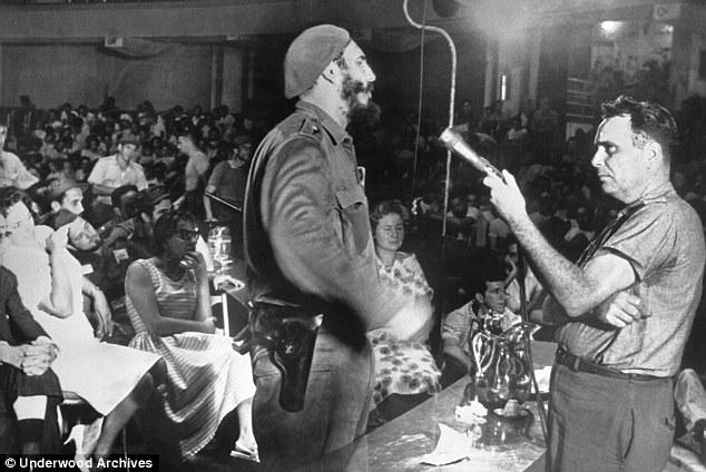 Fidel Castro phorg vấn tập thể tù binh (đoàn quân lưu vong do CIA hậu thuẫn giải phóng Cuba) sau vụ tấn công Vịnh Con heo năm 1961. Nguồn: Underwood Archives