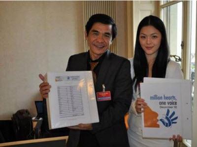 Trúc Hồ (SBTN) và Trinity Hồng Thuận (Việt Tân) cùng quảng bá  chương trình Triệu Con Tim Một Tiếng Nói. Nguồn: NTT