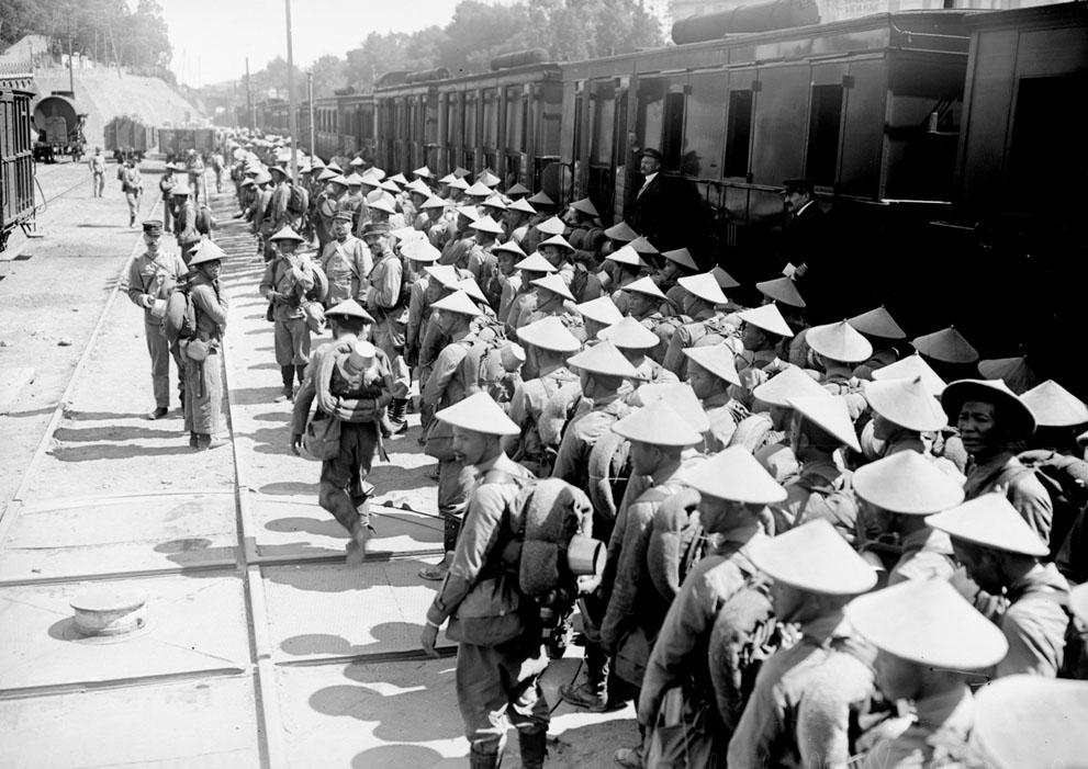 Lính thuộc địa của Pháp (người Việt Nam)  vào trại  Saint-Raphael. Trong suốt cuộc Thế chiến thứ I, gần 100.000 người Đông Dương đã được triển khai ở châu Âu, nhất là người lao động, nhưng vài ngàn cũng phục vụ trong tiểu đoàn chiến đấu. (Thư viện Quốc gia Pháp)
