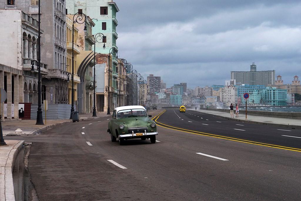 Một xe hơi chạy trong khu Malecon ở Havana. A car drives along Havana's Malecon. Brian Ledgard / Flickr