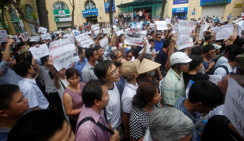 Những người biểu tình tại Hà Nội, Việt Nam ngày 01 tháng 5 năm 2016 cầm khẩu hiệu phản đối công ty Formosa Plastic của Đài Loan. Họ đòi nước sạch ở vùng biển miền Trung Việt Nam sau khi cá biển chết hàng hoạt trong những tuần gần đây. Nguồn: REUTERS / Kham
