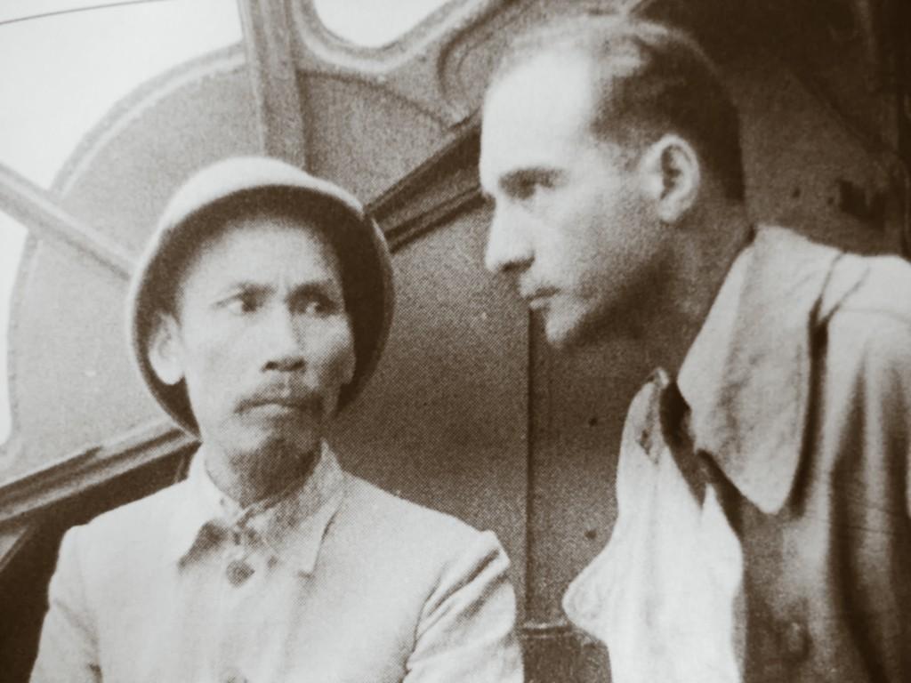 Hồ Chí Minh và Jran Sainteny. Nguồn OntheNet