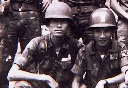 Đại úy Lê Thành Bôn.(Trái ) Đại đội trưởng đại đội 33 ( Đã hy sinh tại mặt trận đồi 31) và Đại úy Lê Hồng ( Phải ) Trưởng ban 3. Tiểu đoàn 3 Nhảy dù. Hình do tác giả cung cấp.