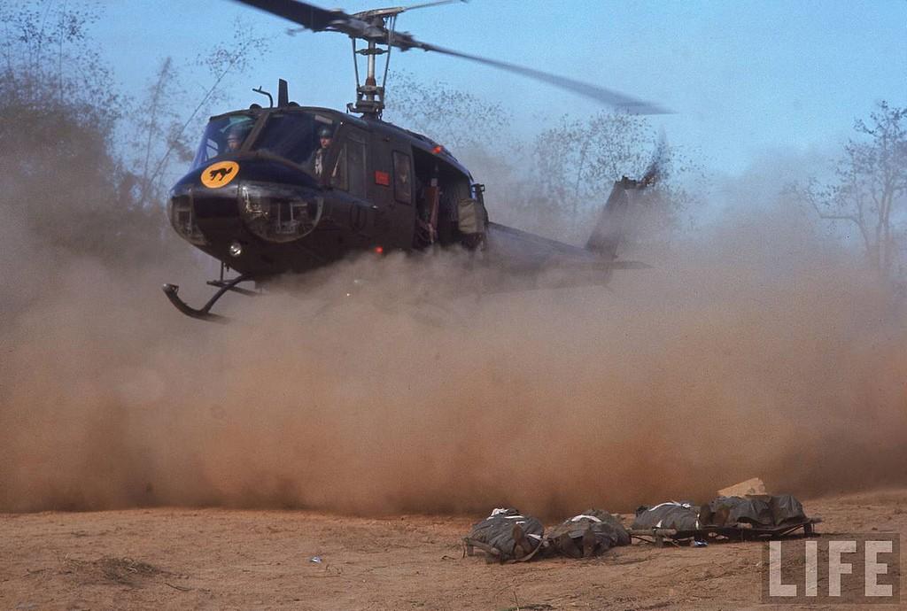 Tử sĩ ở chiến trường Lam Sơn 719. Nguồn: Larry Burrows