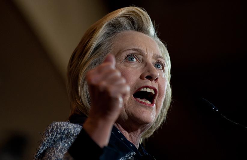 Ứng cử viên đảng Dân chủ tranh cử tổng thống Hillary Clinton nói trước đám đông ủng hộ bà tại Hội trường Hội ái hữu Quốc tế Thợ điện vào thứ Ba 14 tháng 6, năm 2016 tại Pittsburgh, Pennsylvania. Jeff Swensen / Getty Images