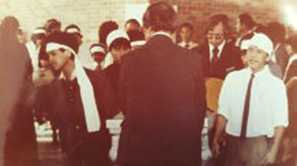 Người mặc áo trắng là Nguyễn Thanh Tú (19 tuổi), con trai của cố ký giả Đạm Phong. Houston, Texas 08-24-1982