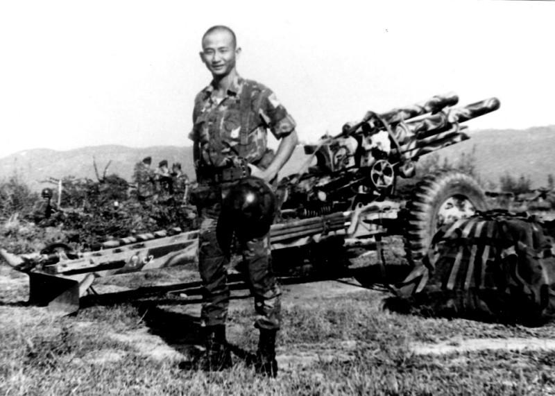 Trung úy pháo binh nhẩy dù Lý Văn Quân trên đồi 31 Hạ Lào 1 tháng trước ngày tử trận (bị VC bắt và xử tử khi định tảu thoát). Nguồn: svqy.org