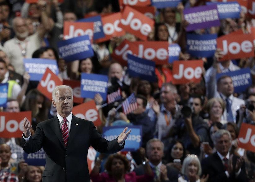 Phản ứng của Phó Tổng thống Joe Biden khi thấy thấy vợ ông, Jill Biden, trên sân khấu trong ngày thứ ba của Đại hội toàn quốc của đảng Dân chủ, Thứ Tư 27 Tháng Bảy, 2016, tại Philadelphia. Nguồn: AP Photo / John Locher.