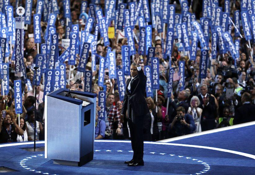 Tổng thống Barack Obama trên sân khấu trong ngày thứ ba tại Đại hội Toàn quốc của Đảng Dân chủ, thứ Tư 27 tháng 7, 2016, tại Philadelphia. Nguồn: AP Photo / John Locher.