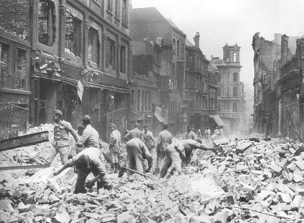 Tìm trong đổ nát trên phố Berg, Hamburg tháng 7 năm 1943, Nguồn: www.johndenugent.com