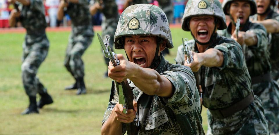 Giải phóng quân hét trong một cuộc diễn tập vào ngày mở của căn cứ hải quân của Quân đội Giải phóng Nhân dân Trung Quốc (PLA) tại đảo Stonecutters ở Hong Kong vào ngày 01 Tháng 7 năm 2016, để đánh dấu kỷ niệm lần thứ 19 của bàn giao Hồng Kông cho Trung Quốc. Nguồn hình: Anthony Wallace/Afp/Getty