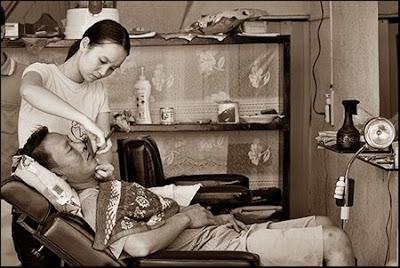 Tiệm hớt tóc ôm (Tp HCM). Nguồn ảnh: darrenmelrose.com