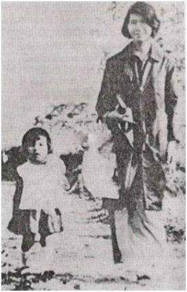 Phùng Thăng và con gái – bé Tiểu Phượng (lúc 2 tuổi). Ảnh chụp năm 1968. Nguồn: THT