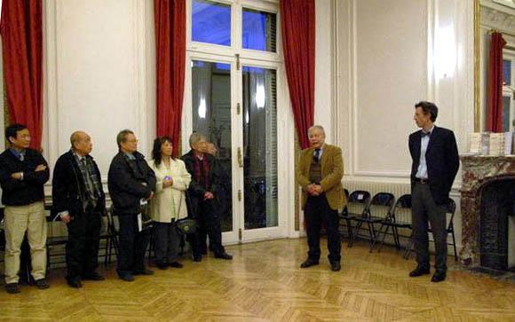 Philippe Papin (bìa phải) giới thiệu cuốn sách mới nhất của ông với sự hiện diện của ông Nguyễn Thế Anh. Nguồn: http://alasweb.free.fr/