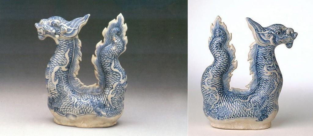 Trái: Hình 3: Lô 71. Ấm rồng số 3, cao 21.7 cm. (TAT) Phải: Ấm rồng 3, giữa thế kỷ thứ 15, Hội An, Việt Nam. Triển lãm Nghệ thuật New South Wales sứ, đúc, màu xanh và trắng. Nguồn: pinterest.com/blakejardine34 (DCVOnline)